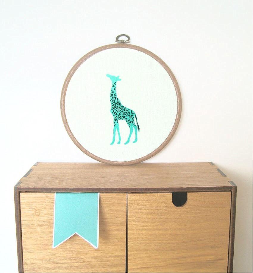 Красивая вышивка жирафа