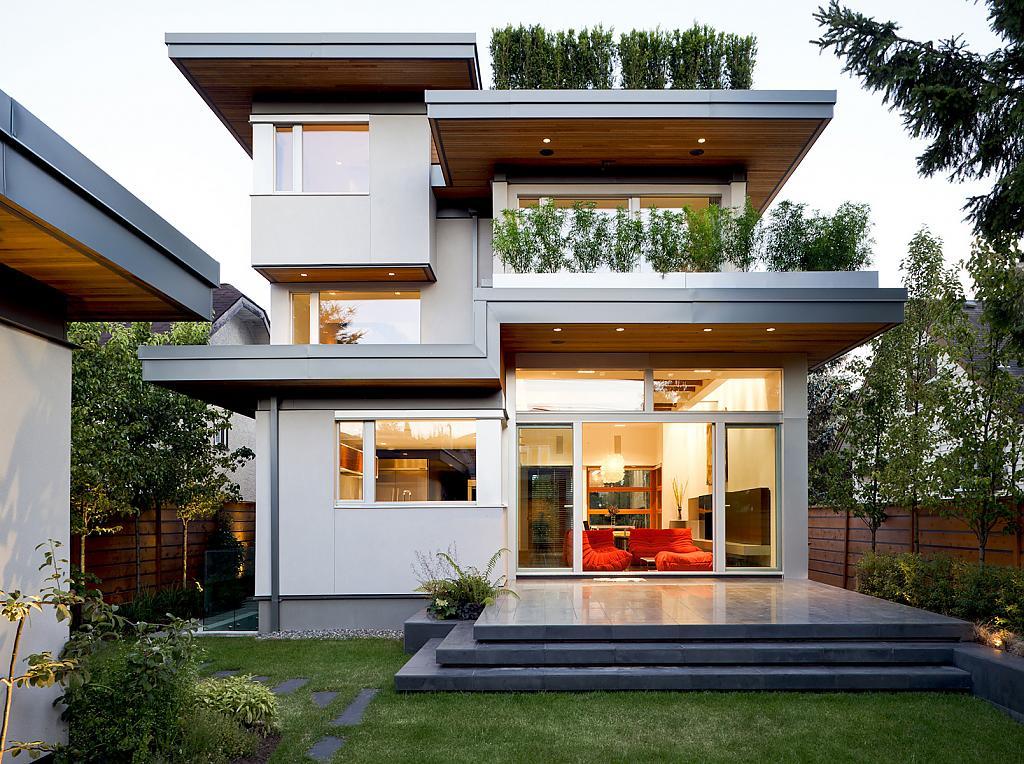 Белый двухэтажный загородный дом