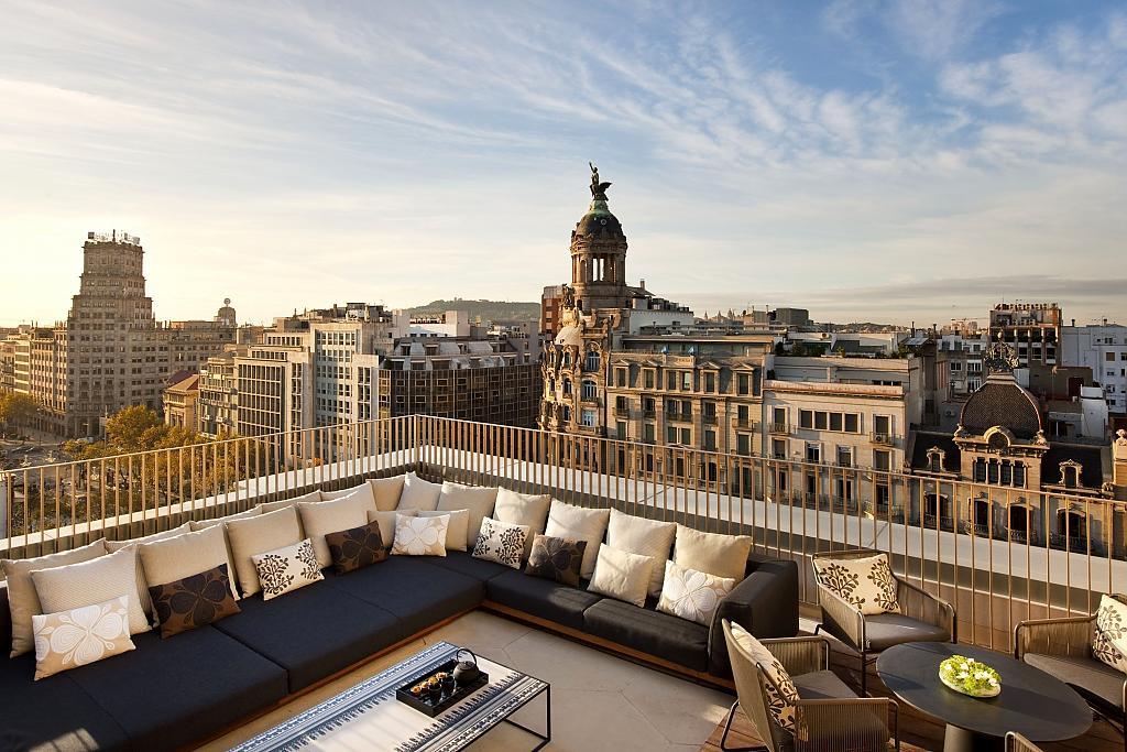 Зона отдыха на балконе в городской квартире в Барселоне