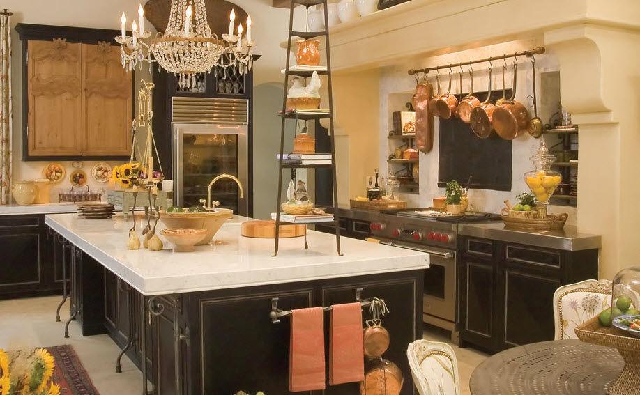 Островная кухня с классической мебелью