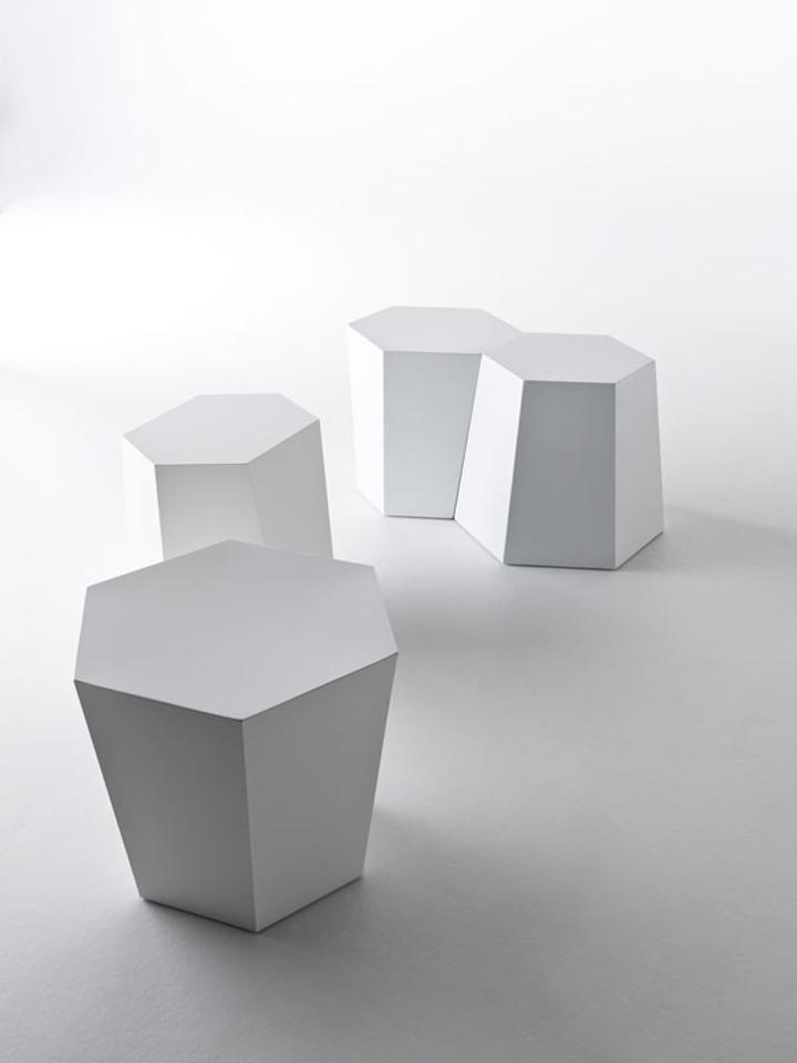 Белые части скамьи Hexagon от Стивена Холла