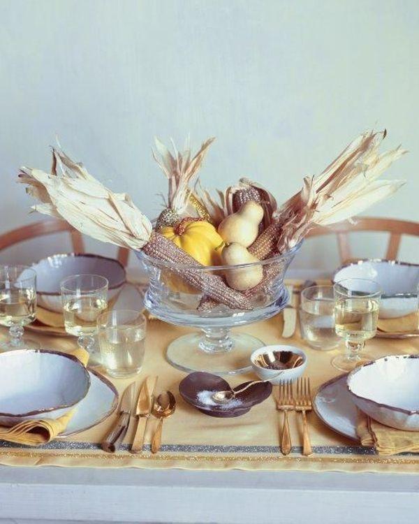Сервировка стола ко дню Благодарения в золотистом цвете