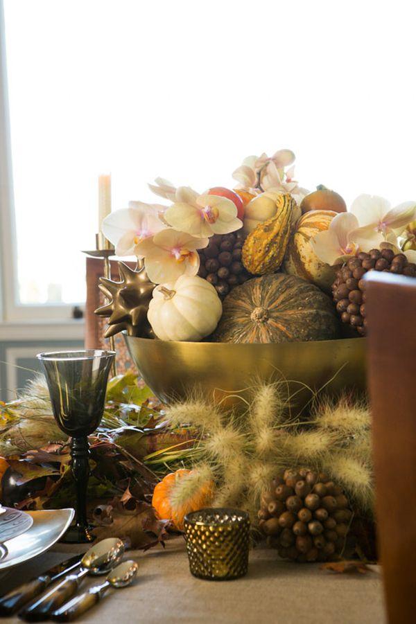 Сервировка стола ко дню Благодарения с золотисто-коричневыми акцентами