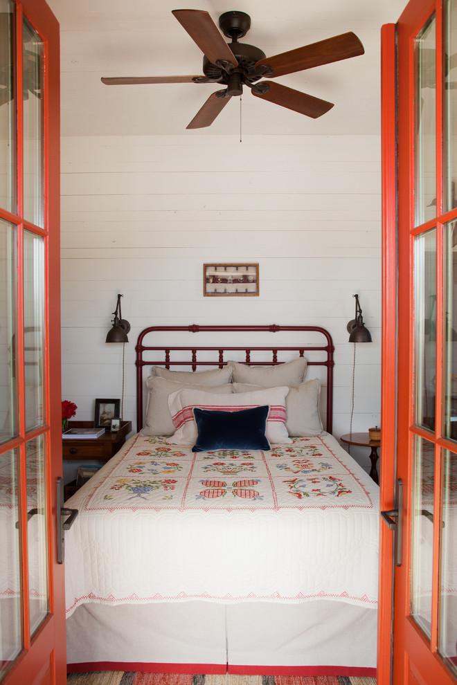 Креативные настенные светильники в интерьере спальни