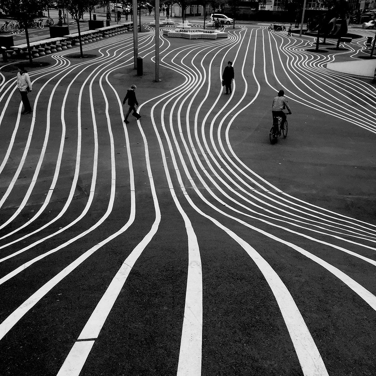 Снимок полосатой дороги на Iphone