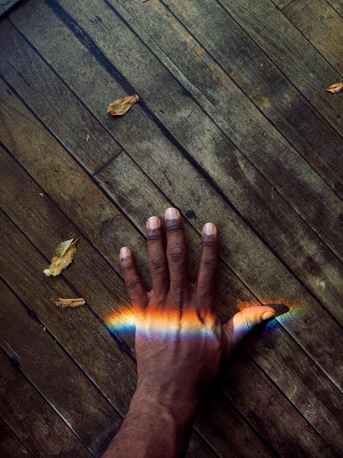 Снимок радуги на руке на Iphone