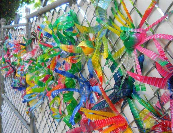 Разноцветная декорация из пластиковых бутылок