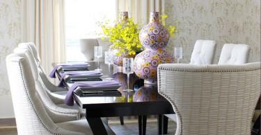 Современные стол и стулья в интерьере обеденной зоны