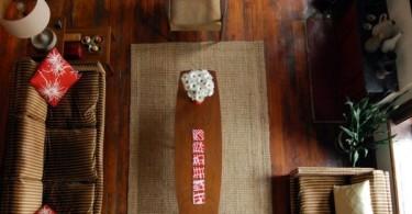 Деревянные предметы мебели в интерьере гостиной зоны