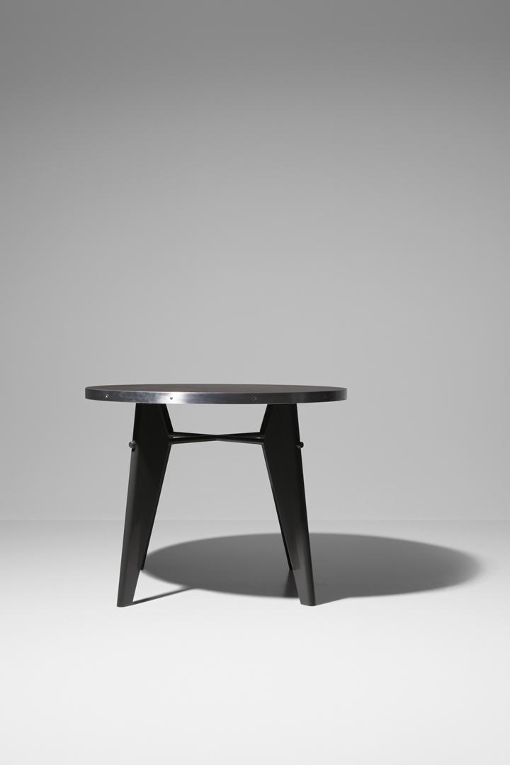 Стол на выставке Prouvé RAW