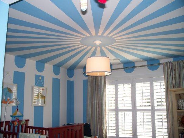 Сине-белое оформление потолка в детской