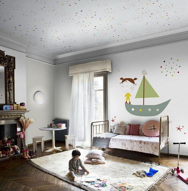 Потолок белого цвета с разноцветными точками в детской
