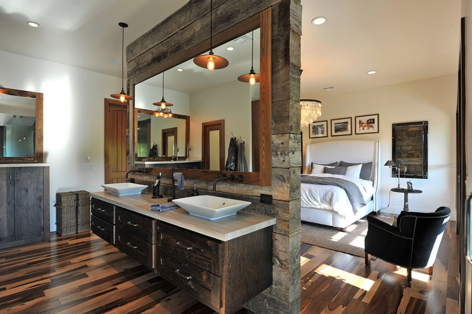 Деревянная перегородка с умывальниками в спальне