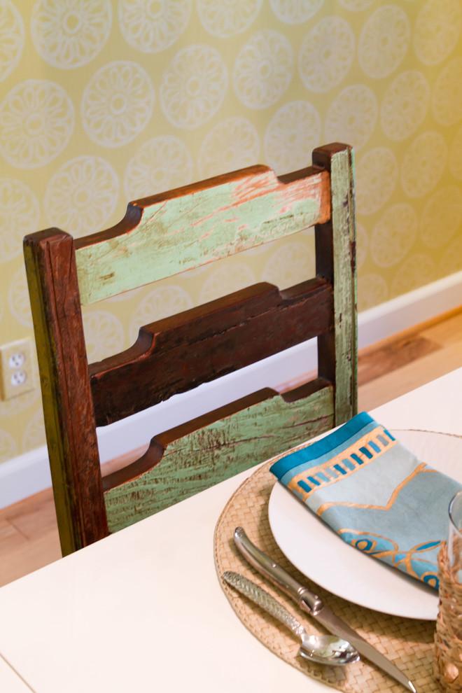 Потертая спинка старого стула