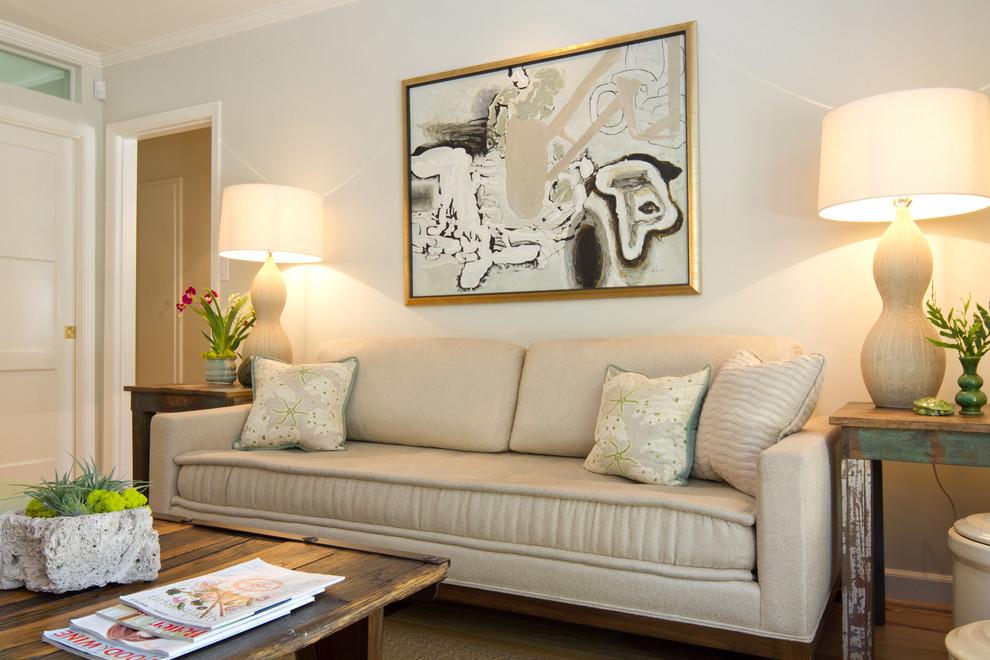 Настольные лампы по боками дивана