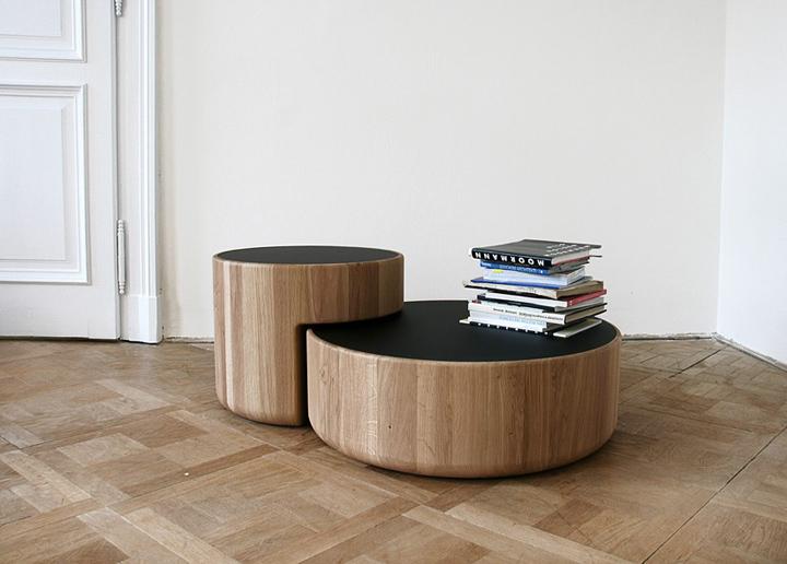 Fotos de las mesas redondas Levels, diseñadas por Lucie Koldova y Dan Yeffet.