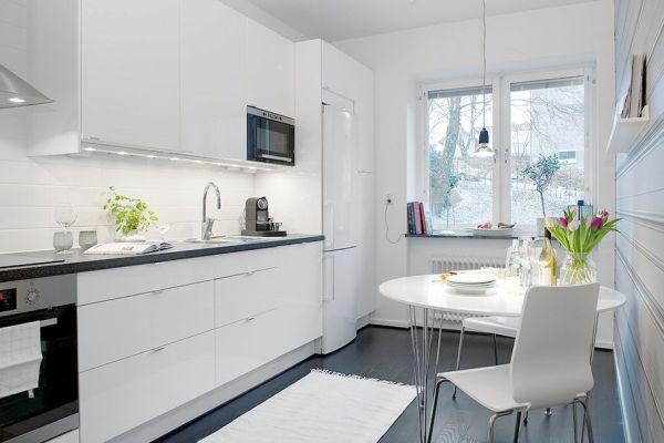 Белые стены и мебель на кухне
