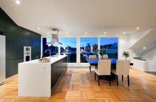 Панорамные окна на кухне и столовой