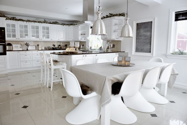 Белые стулья на кухне