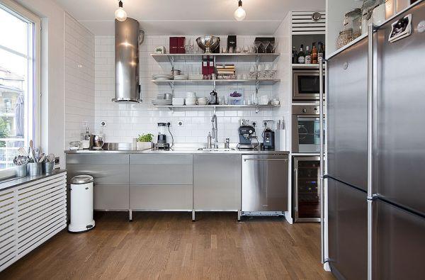 Металлическая бытовая техника на кухне