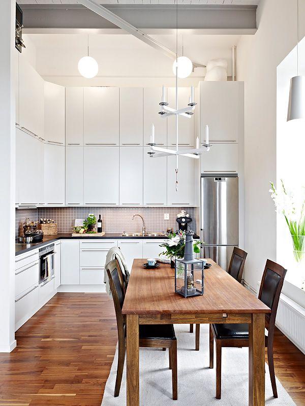 Стол из дерева на кухне