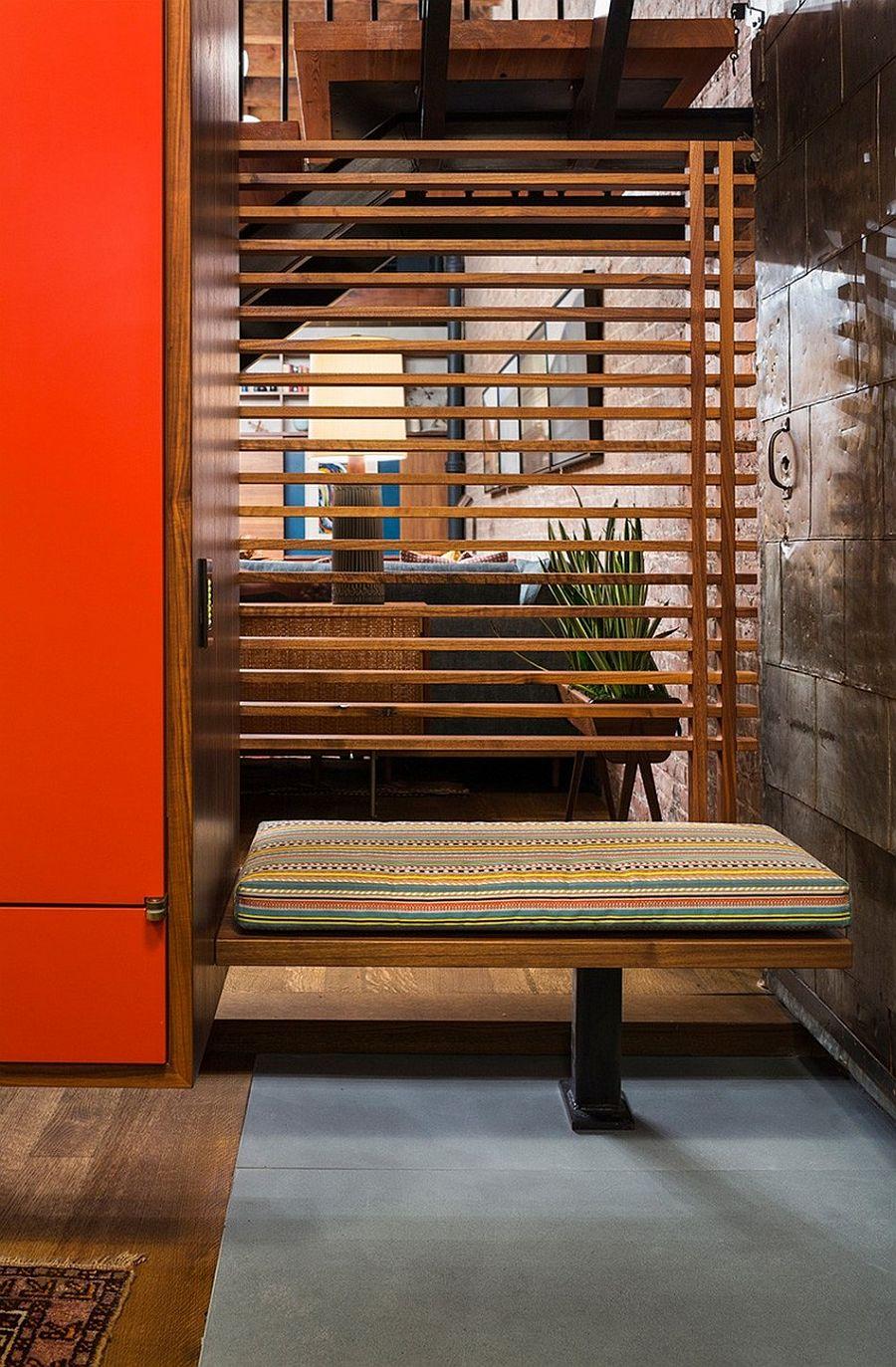 Лавочка в прихожей апартаментов Sensational NYC Loft в Нью-Йорке