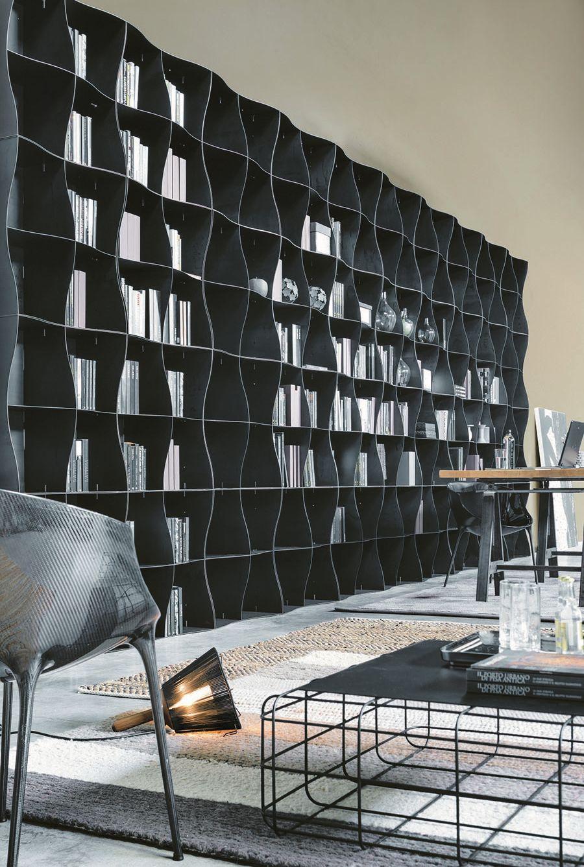 Высокий стеллаж для книг черного цвета