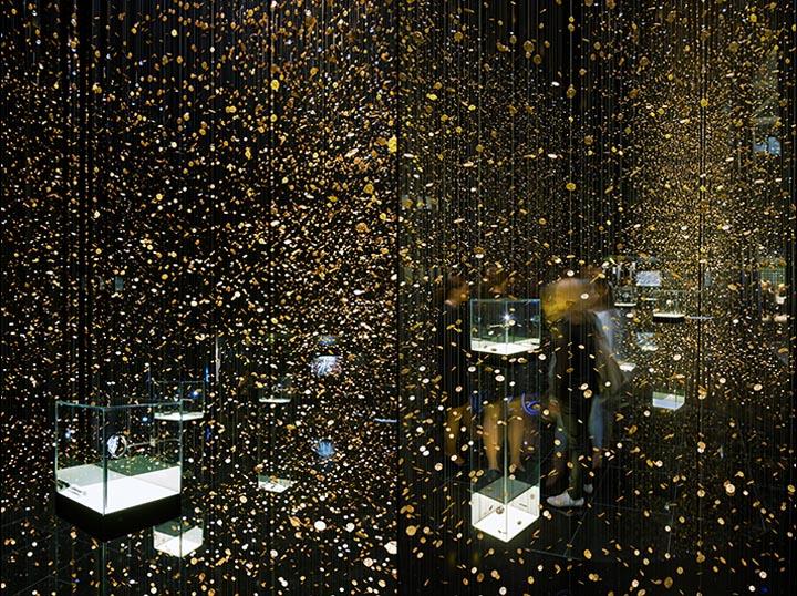 Стеклянная витрина в выставочном павильоне
