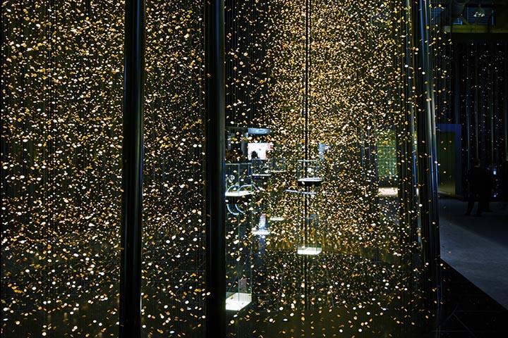 Подвесные стеклянные кубы в выставочном павильоне