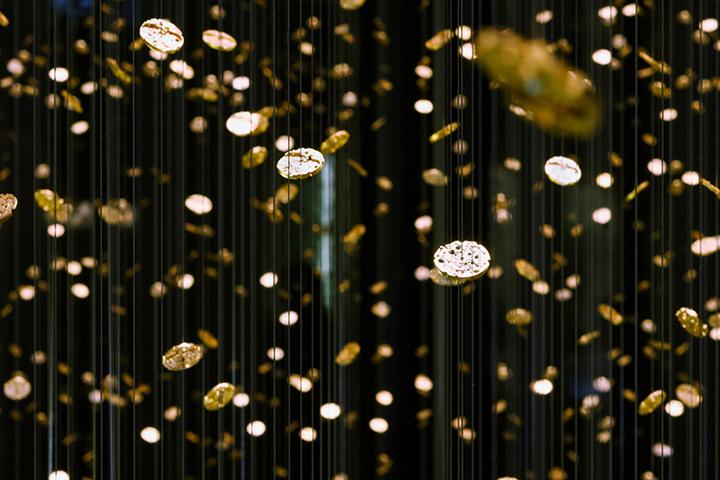 Инсталляция на подвесных шнурках в выставочном павильоне