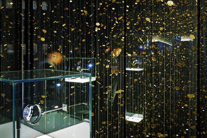 Экспонаты в стеклянной витрине в выставочном павильоне