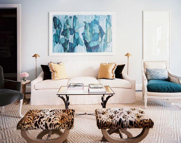 Светлый окаймленный диван в гостиной