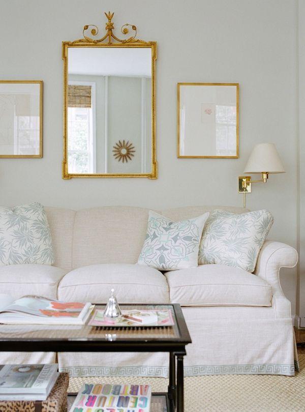 Окаймленный диван белого цвета