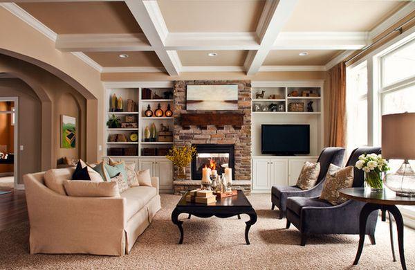 Окаймленный диван с бархатными креслами в гостиной