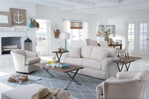 Окаймленный диван белого цвета в гостиной