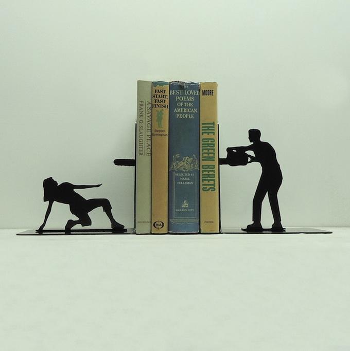 Подставка для книг в форме людей с пилой