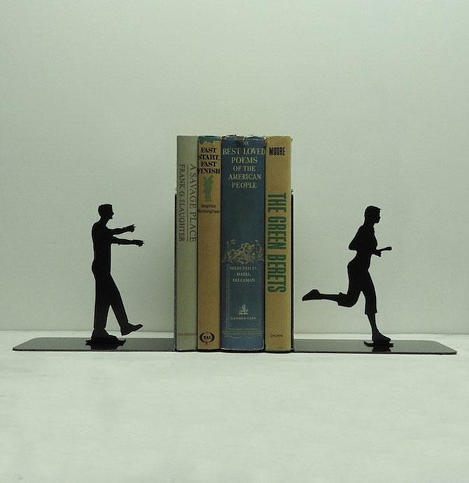 Подставка для книг в форме бегущей девушки и зовущего её парня