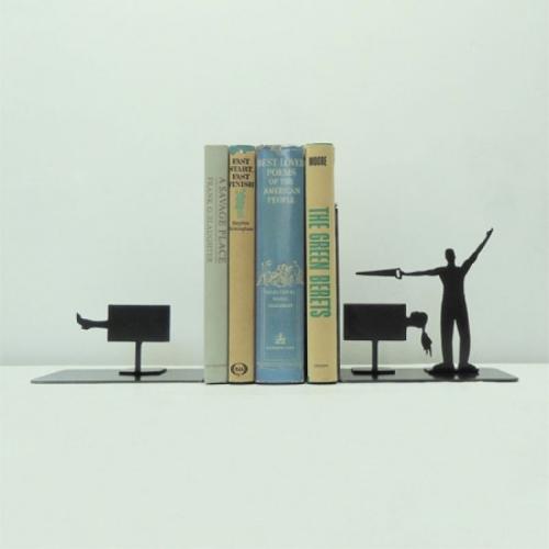 Подставка для книг в форме иллюзиониста