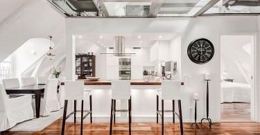 Обеденная зона и кухня в апартаментах Attic Duplex в Стокгольме