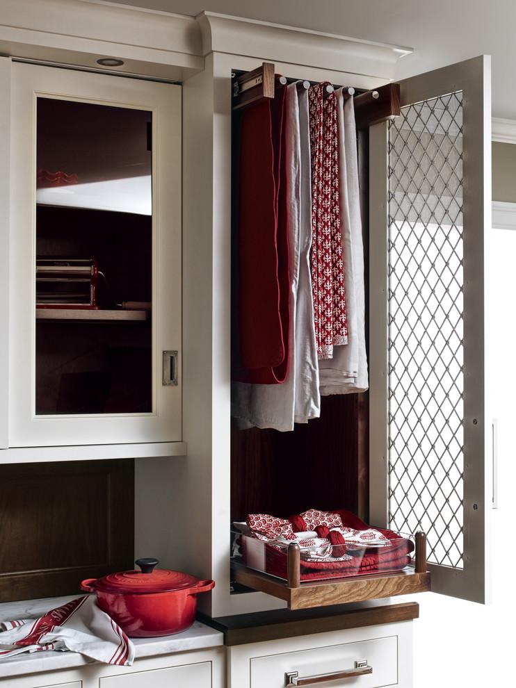 Шкаф для хранения в белом цвете