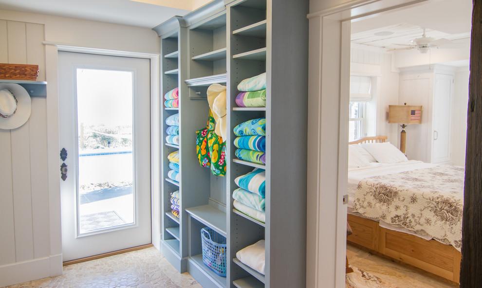 Серый шкаф для хранения