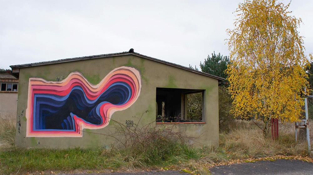 Яркий рисунок на доме