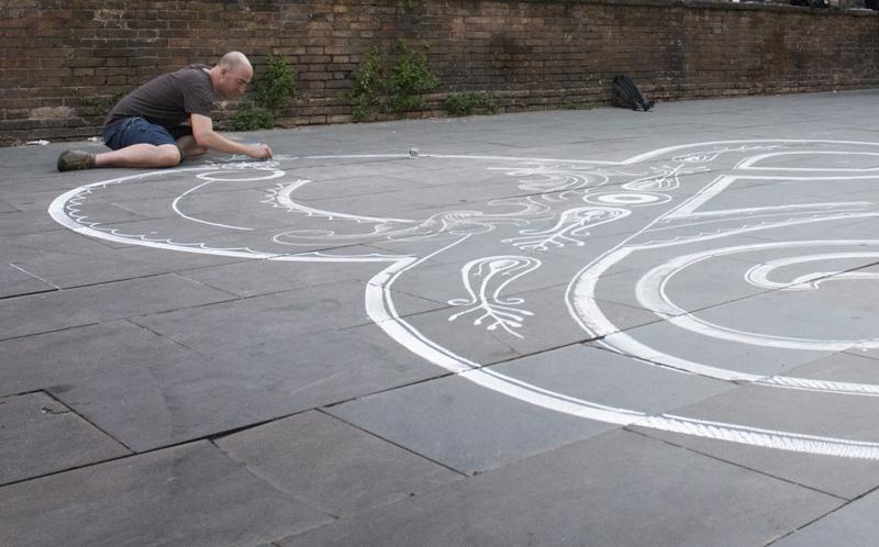 Процесс рисования на асфальте