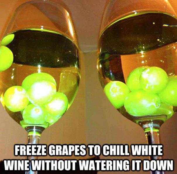 Замороженный виноград в бокале для вина