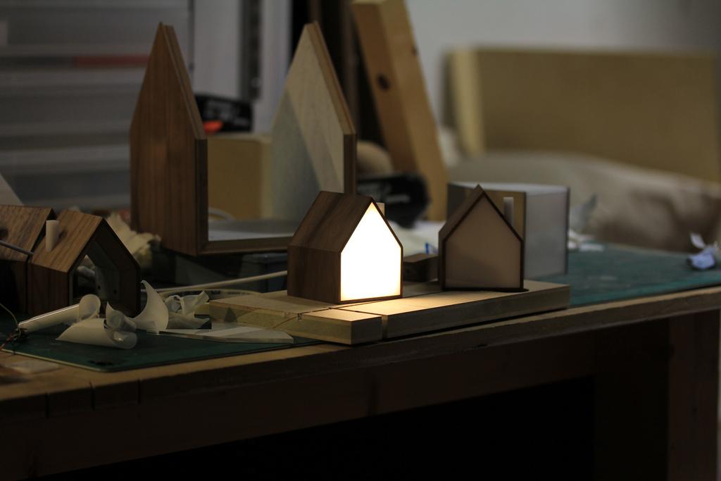 Настольная лампа в виде домика