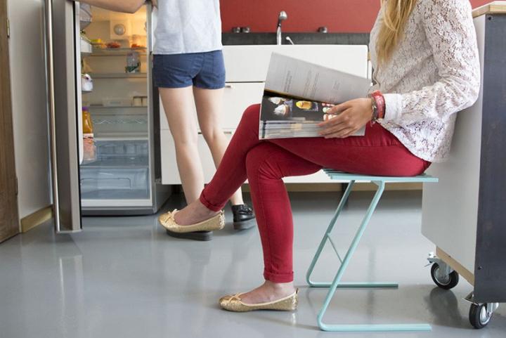 Универсальный стул Tabouret LS01 с деревянными дощечками на изогнутых металлических ножках цвета морской волны