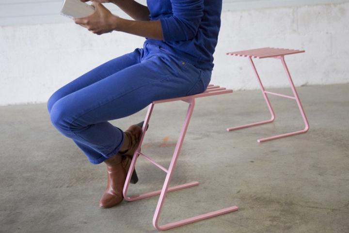 Универсальные стулья Tabouret LS01 с деревянными дощечками на изогнутых металлических ножках в розовом цвете