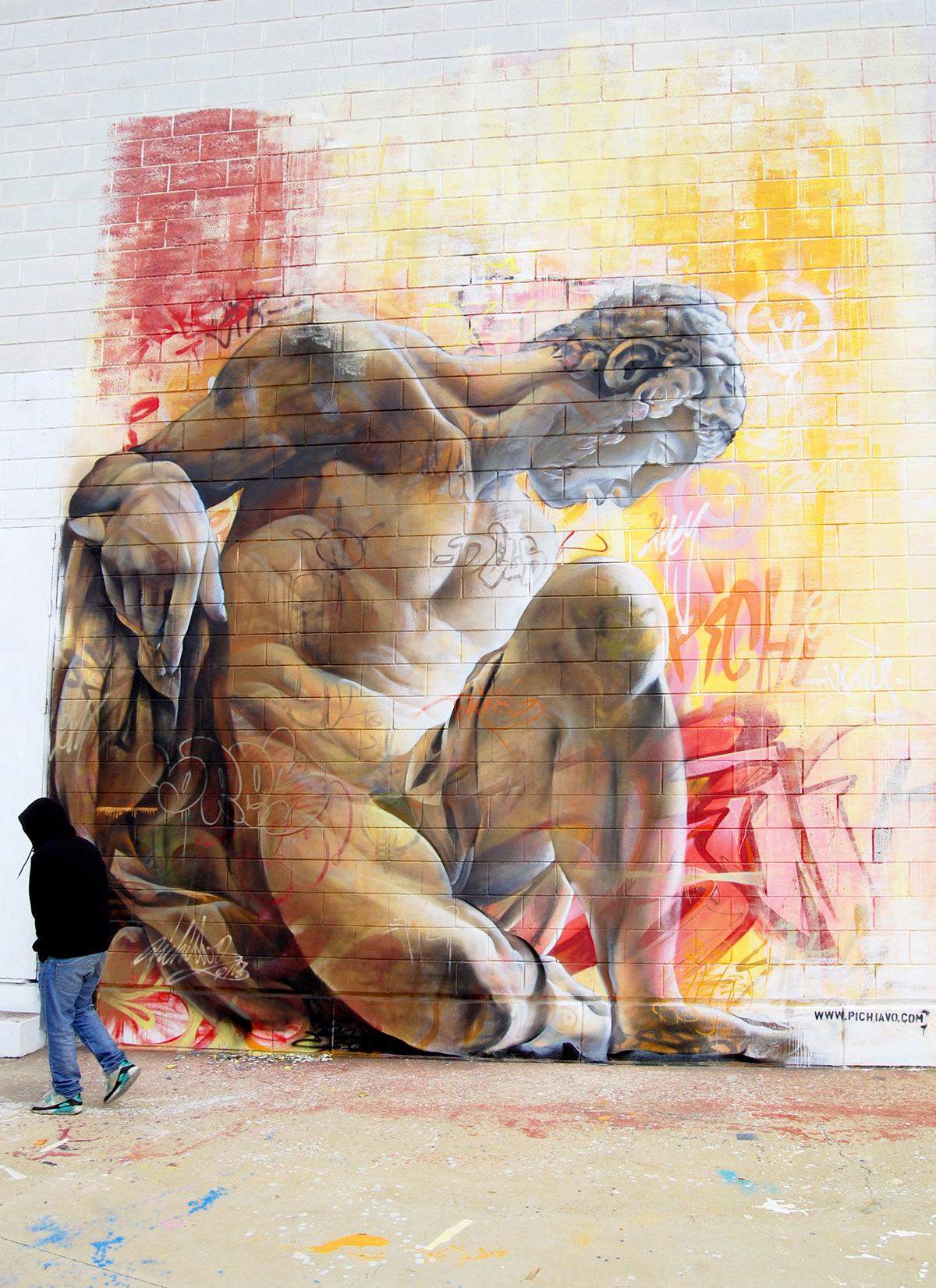 Изображение греческого Бога на фасаде