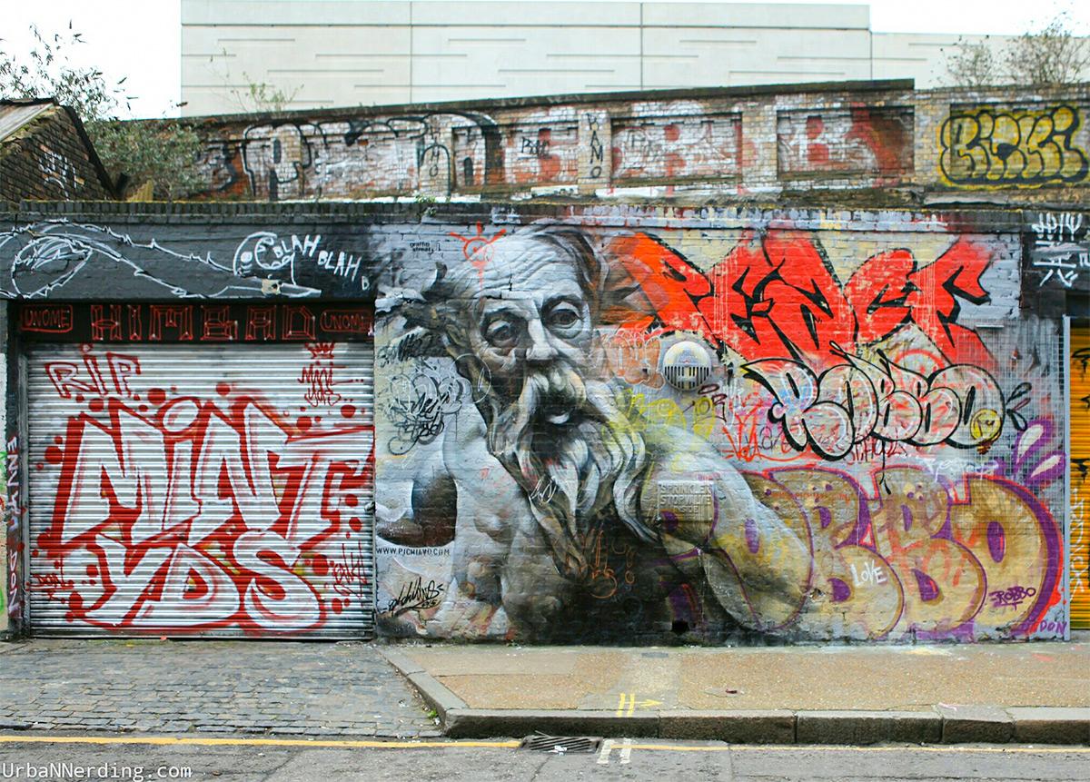 Граффити греческого Бога на фасаде