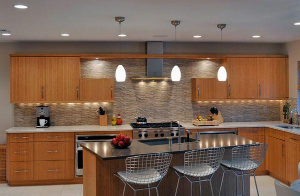 Встроенные и подвесные светильники на кухне